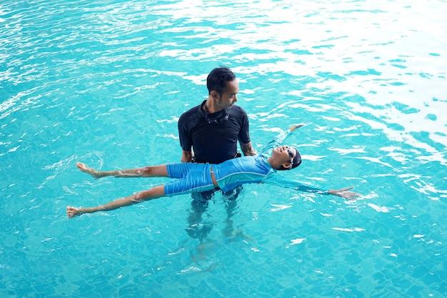 Père, fille, enseignement, nager Photo Premium