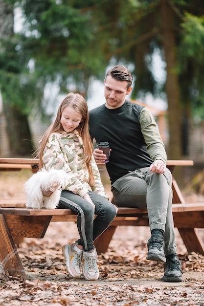 Père Et Fille Jouant Avec Un Chien à L'extérieur Photo Premium