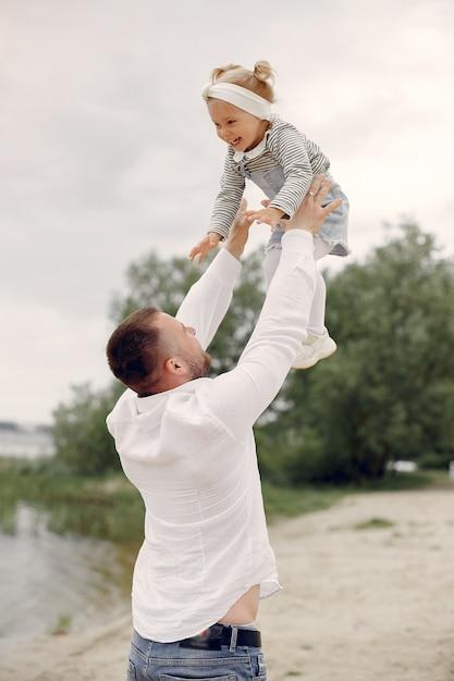 Père et fille jouant dans un parc d'été Photo gratuit