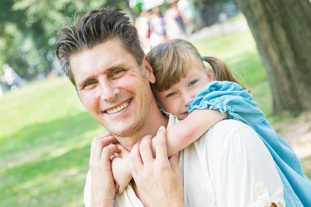 Père et fille jouant ensemble au parc Photo Premium