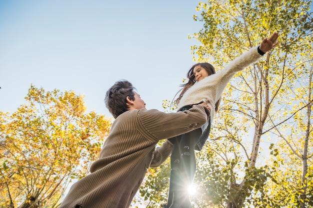 Père et fille jouant ensemble dans le parc Photo gratuit