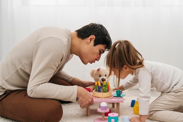 Père Et Fille Avec Des Jouets à La Maison Photo gratuit