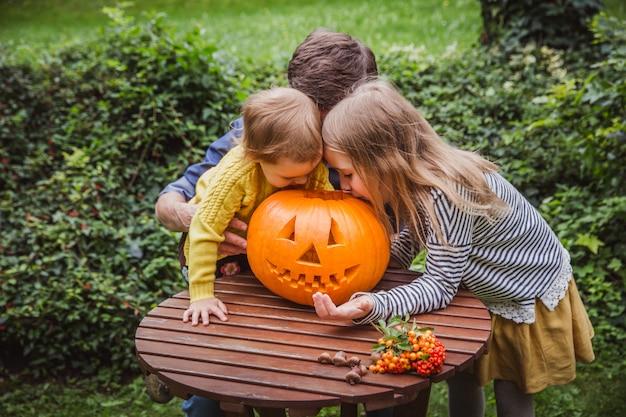 Père et fille, sculpture de citrouille pour halloween Photo Premium