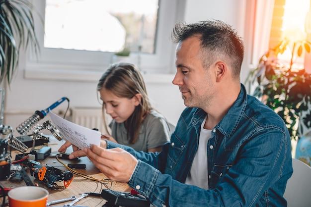 Père Et Fille Travaillant Sur Des Composants électroniques Photo Premium