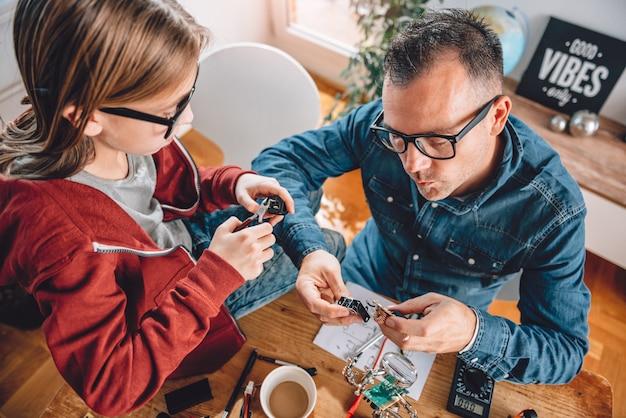 Père et fille travaillant ensemble dans un atelier Photo Premium