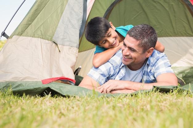 Père et fils dans leur tente à la campagne par une journée ensoleillée Photo Premium