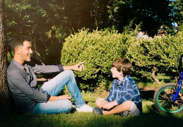 Père et fils ensemble à l'extérieur Photo gratuit