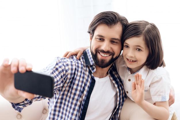 Père Et Fils Font Selfie Au Téléphone à La Maison. Photo Premium