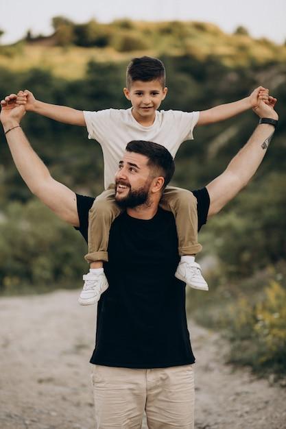 Père Avec Fils En Forêt Photo gratuit