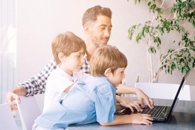 Père Et Fils Heureux Le Jour De La Fête Des Pères Photo gratuit