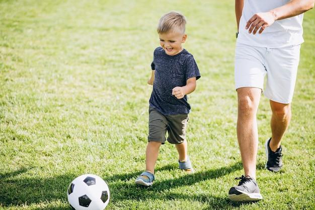 Père Et Fils Jouant Au Football Sur Le Terrain Photo gratuit