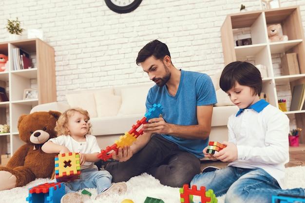 Père et fils joue avec des jouets. Photo Premium