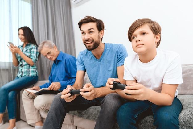 Père et fils jouent à un jeu sur console de jeux. Photo Premium