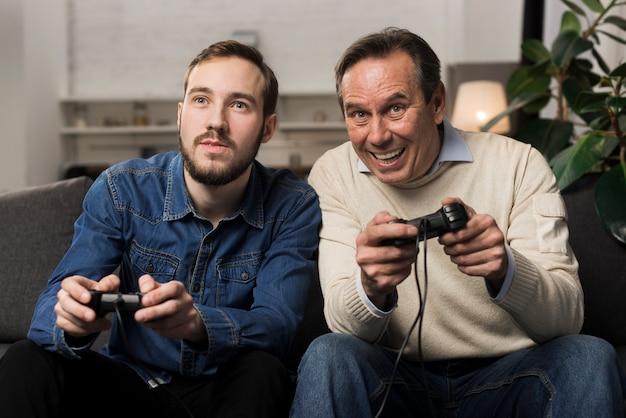 Père Fils, Jouer, Jeux Vidéo, Dans, Salle De Séjour Photo gratuit
