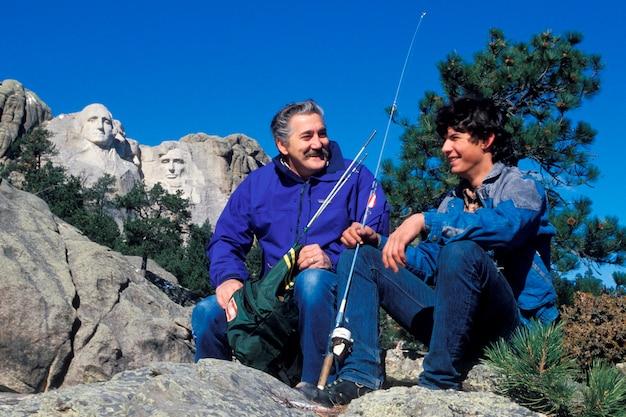 Père et fils pêchant, le mont. rushmore, dakota du sud Photo Premium