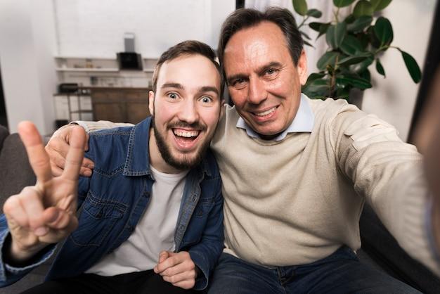 Père Et Fils Prenant Un Selfie Drôle Photo gratuit