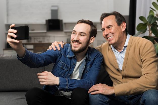 Père Et Fils Prenant Selfie Photo gratuit