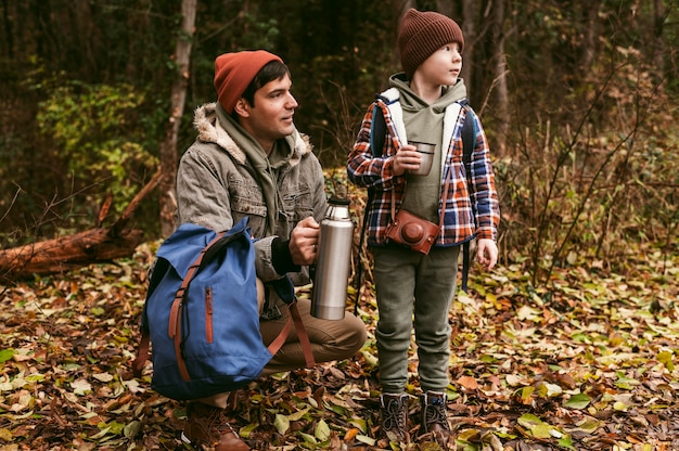 Père Et Fils Profitant De La Nature à L'extérieur Photo gratuit
