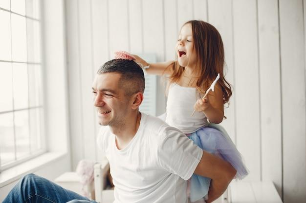 Père jouant avec une petite fille Photo gratuit