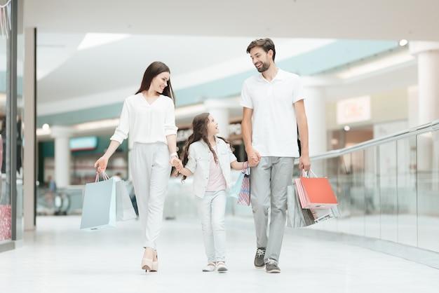 Père, mère et fille marchent dans un autre magasin Photo Premium