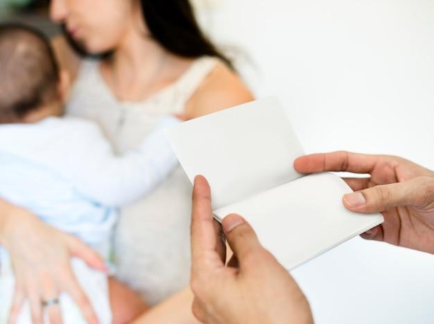 Père et mère s'occupent de leur enfant. Photo Premium