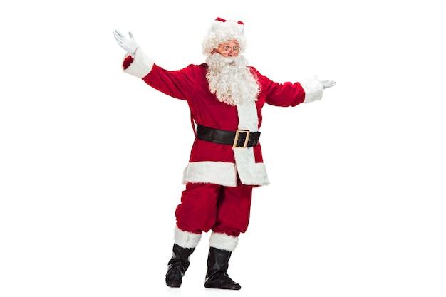 Père Noël Avec Une Barbe Blanche Luxueuse, Un Chapeau Du Père Noël Et Un Costume Rouge Isolé Sur Fond Blanc Photo gratuit