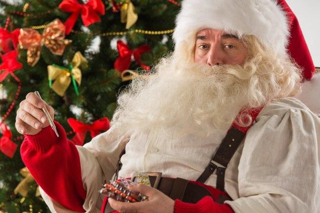 Père Noël étonné, Mesurant Sa Température Photo Premium