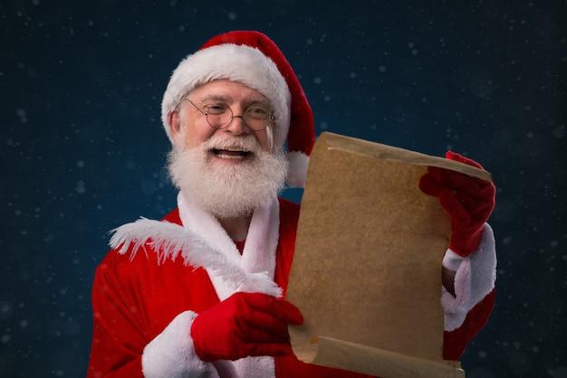Père Noël Avec Liste De Souhaits Photo Premium
