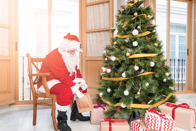 Le père noël prépare des cadeaux pour le nouvel an Photo gratuit