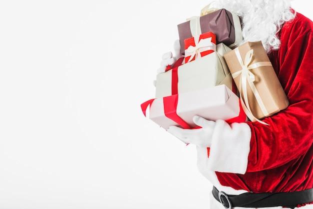 Père noël en rouge avec des coffrets cadeaux Photo gratuit