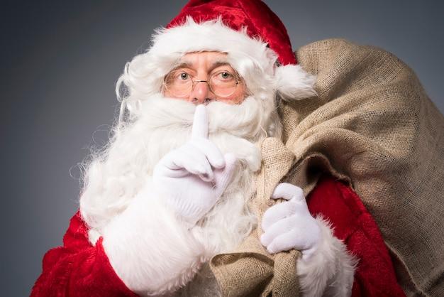 Père Noël Avec Un Sac De Cadeaux Photo gratuit