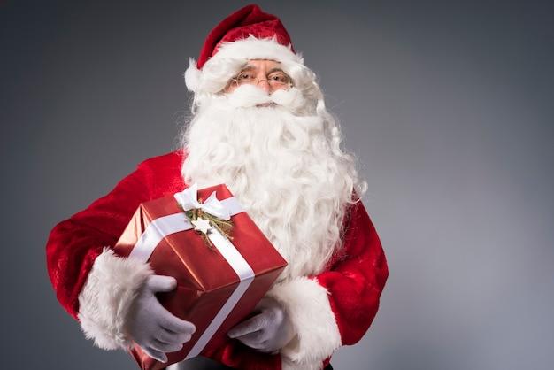 Père Noël Tenant Une Boîte-cadeau Photo gratuit