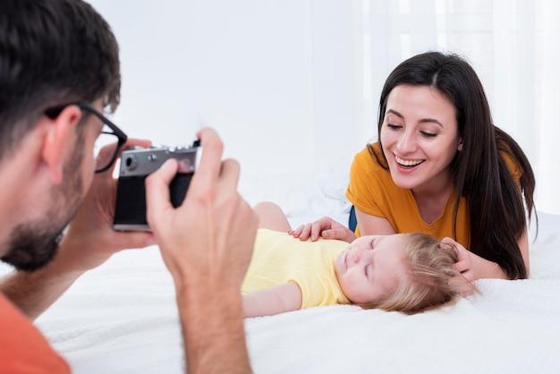 Père, photo prenant, mère bébé Photo gratuit