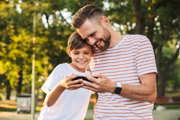 Père Ravi De Passer Du Temps Avec Son Petit Fils Photo Premium