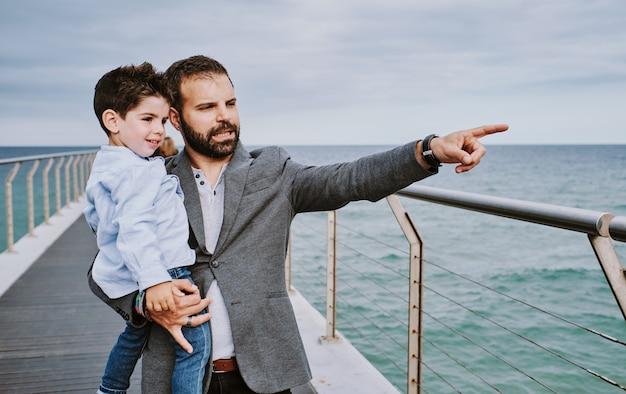 Un père avec son fils par temps nuageux indique quelque chose Photo Premium