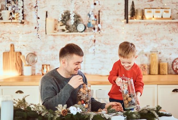 Père Avec Son Fils S'amusant à Passer Du Temps Ensemble Photo gratuit