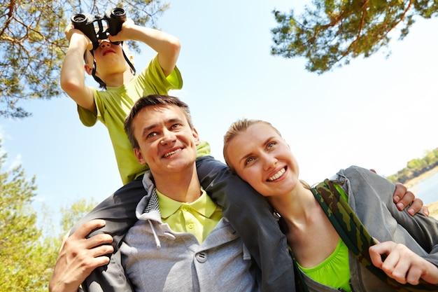 Père avec son fils sur ses épaules en plein air Photo gratuit