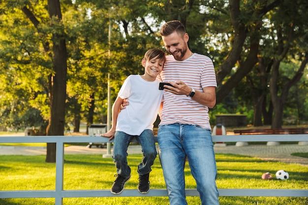 Père Souriant, Passer Du Temps Avec Son Petit-fils Au Parc Photo Premium