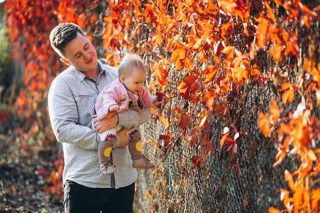 Père tenant sa petite fille dans le parc Photo gratuit