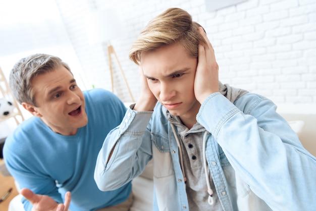 Père tente de parler mais son fils ferme les oreilles Photo Premium