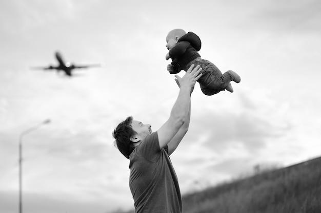 Père, tenue, bébé, avion, ciel Photo Premium