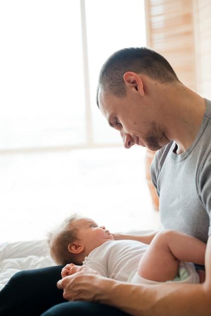Père, tenue, bébé, genoux Photo gratuit
