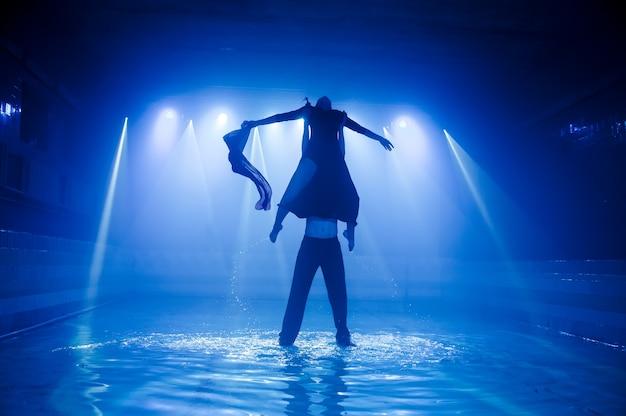 Performance sur l'eau d'un groupe de danse Photo Premium