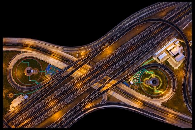 Périphérique industriel et intersection avec l'autoroute autoroute pendant la nuit Photo Premium
