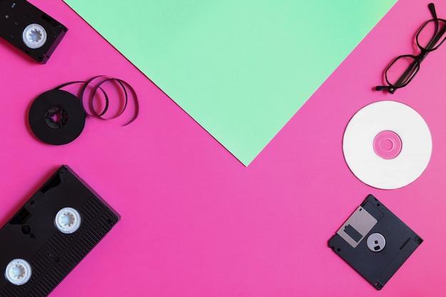 Périphériques De Stockage Rétro: Plaque, Deux Vidéocassettes, Disquette, Cd Et Lunettes. Photo Premium