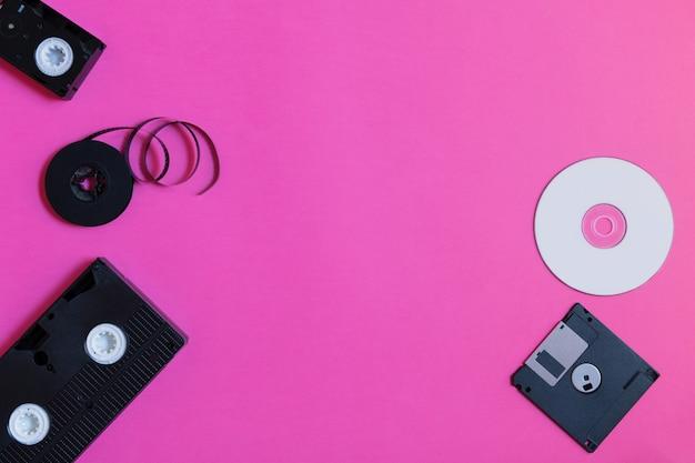 Périphériques De Stockage Rétro: Plaque, Deux Vidéocassettes, Disquette Et Cd. Photo Premium