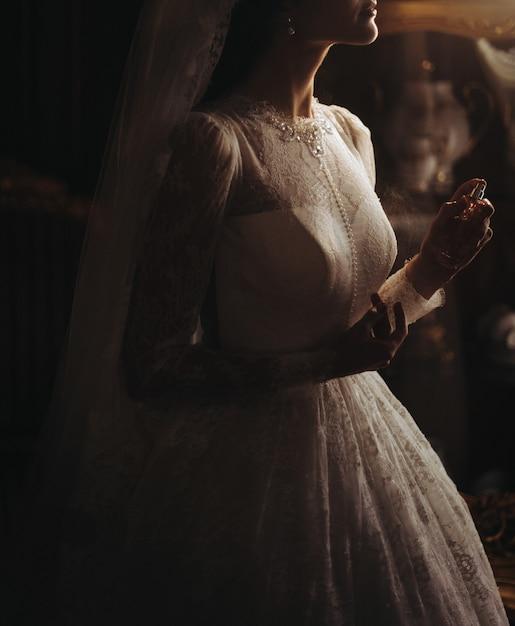 Perles délicates sur la belle robe de la mariée Photo gratuit