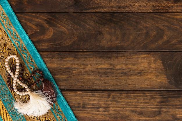 Perles de prière sur tapis Photo gratuit