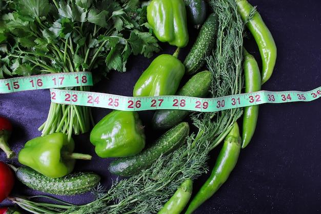 Persil organique frais, tomates, poivrons rouges, poivrons verts, fenouil, aneth et concombre avec vue de dessus d'un centimètre vert, concept de régime Photo gratuit