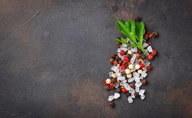 Persil, sel et poivre. fond culinaire Photo Premium